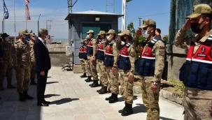 Vali Baruş, Şehitlik ile Polis ve Jandarma Görevlilerini Ziyaret Etti